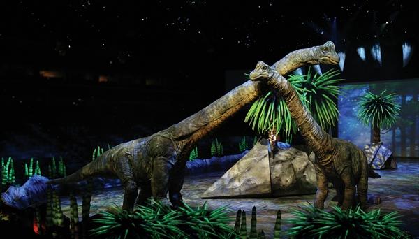 <p>ブラキオサウルスと古生物学者ハクスリー Photo : Joan Marcus (c)CPC 2008</p>