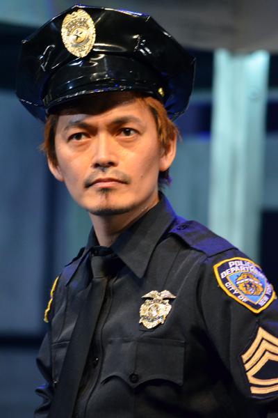 <p>舞台「刑事・ル」で新米刑事たちをリードして振り回した加藤啓</p>