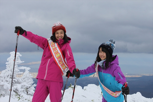 <p>八甲田山にて、津軽海峡と下北半島を背に記念撮影!</p>