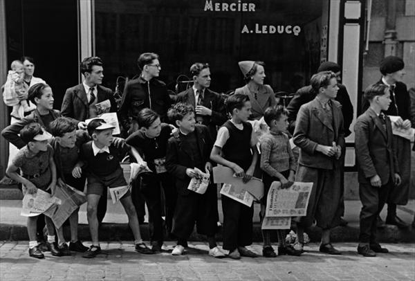<p>ツール・ド・フランスのレースを見物する人びと フランス、ブルターニュ 1939 年7月 東京富士美術館蔵 (c) International Center of Photography / Magnum Photos</p>