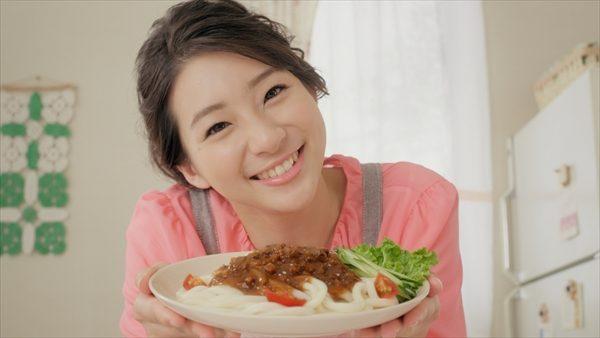 足立梨花が豪快に麺を食らう!丸美屋「かけうま麺用ソース」新CM放送開始