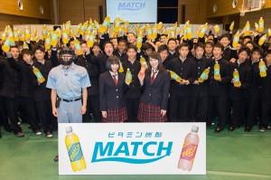 男子校にサプライズ登場した広瀬アリス・すず姉妹と生徒の集合写真