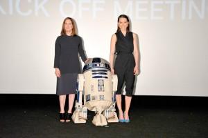 「スター・ウォーズ/フォースの覚醒」の新ヒロイン、デイジー・リドリー(右)とプロデューサーのキャスリーン・ケネディ、人気キャラクターのR2-D2