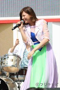 「めざましライブin春フェス2015」で熱唱する西内まりや