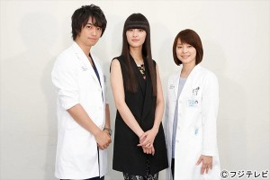 シシド・カフカが斎藤工、石田ゆり子を激励『医師たちの恋愛事情』撮影現場を初訪問