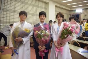 「Dr.倫太郎」クランクアップ(左から)高橋一生、堺雅人、吉瀬美智子
