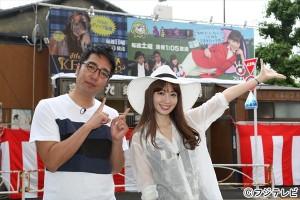 『うまズキッ!』番組看板の除幕式に登場した小嶋陽菜と小木博明