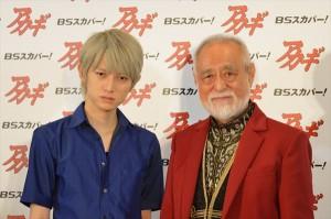 『アカギ』製作発表会に登場した本郷奏多(左)と津川雅彦