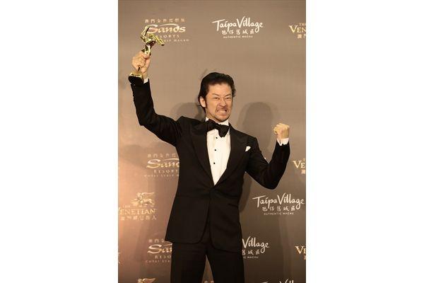 浅野忠信が英語で熱烈スピーチ「アジア・フィルム・アワード」最優秀助演男優賞を受賞