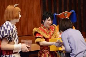 スーパー歌舞伎II『ワンピース』幕間に募金活動をする市川猿之助