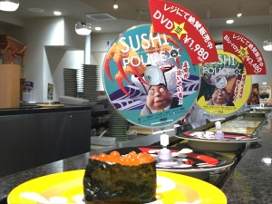劇場公開決定の「SUSHI POLICE(スシポリス)」が回転寿司のレーンを走る!?