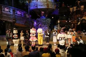 AKB48がキティちゃんとともに「ハロウィン・ナイト」を披露!