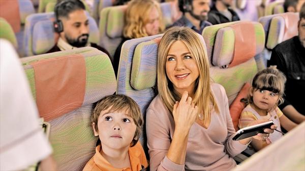 <p>エミレーツ航空に再登場した ジェニファー・アニストンが新たな「フレンズ」に出会う</p>