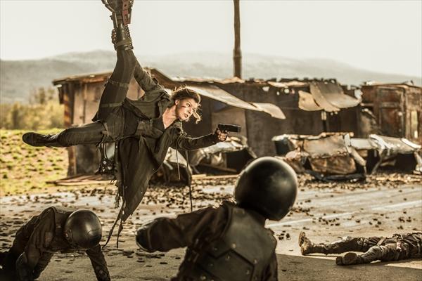 ローラ演じる女戦士の姿も!シリーズ最終作『バイオハザード:ザ・ファイナル』新予告映像公開