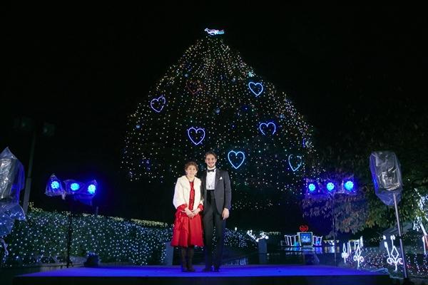 <p>吉田沙保里、仮想のアモーレと妄想クリスマスデート『中山競馬場クリスマスイルミネーション点灯式』</p>