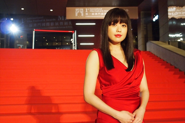 冨手麻妙が深紅のドレスで登場!園子温監督のロマンポルノ『ANTIPORNO』がマカオ映画祭に正式出品