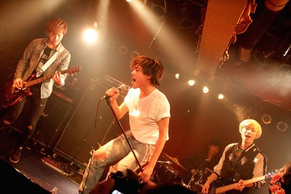 映画『太陽を掴め』主演・吉村界人が劇中バンドとして一夜限りのライブ開催