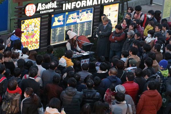 奥華子が1年ぶりに路上ライブを実施!ヒット曲「ガーネット」ほか2時間の熱唱