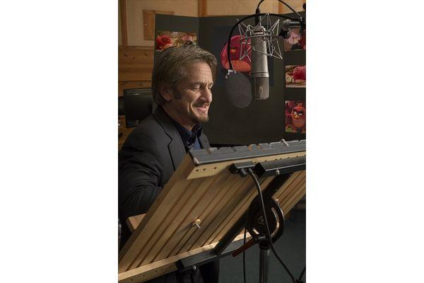 ショーン・ペンがCGアニメ声優初挑戦!「アングリーバード」より、英語版吹替キャストのアフレコ、インタビュー映像到着