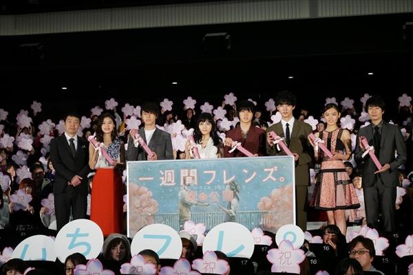 川口春奈と山﨑賢人「まっすぐで全力な賢人さんが大好き」「ユーモアな春奈ちゃん最高!」と気持ちを交換「一週間フレンズ。」初日舞台挨拶
