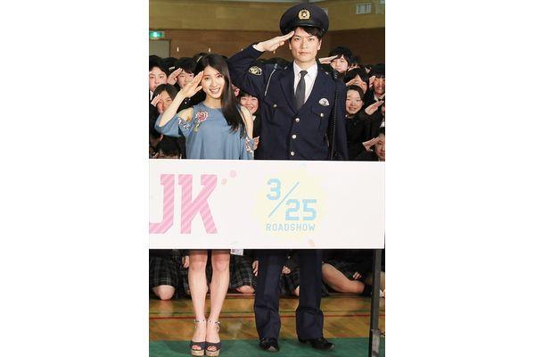 亀梨和也&土屋太鳳のサプライズ登場に300人のJKが大興奮!映画『PとJK』春のスペシャル交通安全イベント