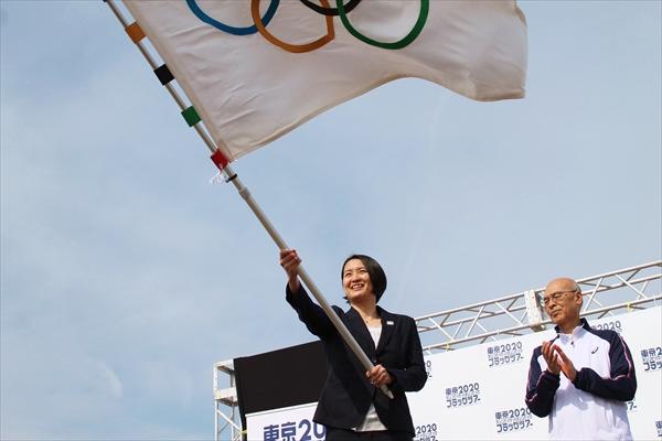 松岡昌宏「いろんな方が笑顔になれたら」2020年東京オリンピック・パラリンピックフラッグが葛飾区に
