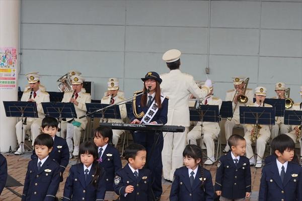 奥華子が制服姿で交通安全ソングを披露!千葉中央署の一日署長に就任