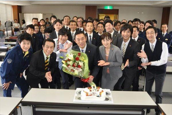"""内藤""""一課長""""の62歳の誕生日を部下たちが祝福!「最高の人生です」"""