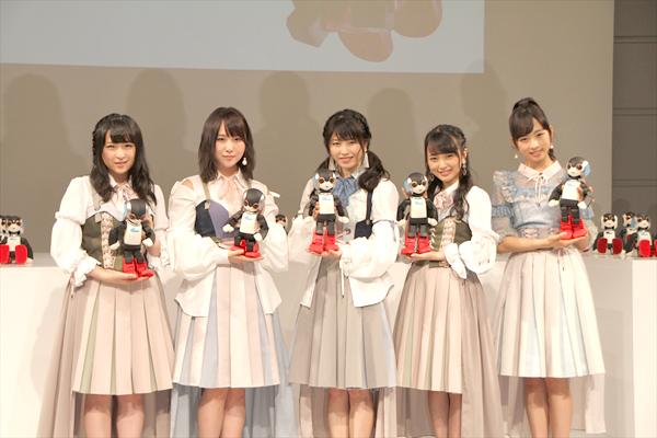 """AKB48 横山由依""""Robi48""""と恋チュン全力コラボ!「張り切りすぎて、靴ひもがほどけちゃった」"""