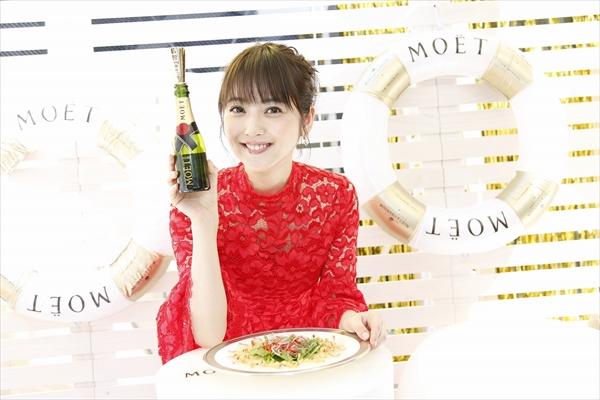 新婚・佐々木希が料理の腕前を披露!「結婚おめでとう」のシャンパンにうっとり