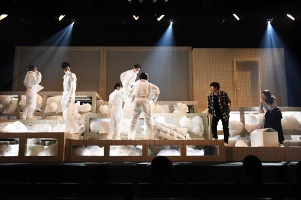 舞台は穴だらけ!? 鈴井貴之が手掛けるOOPARTS新作舞台「天国への階段」開幕