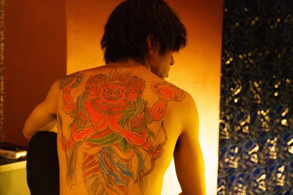 山田裕貴の背中一面に刺青!「闇金ドッグス6」場面写真公開