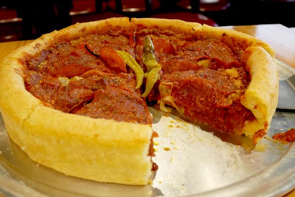 【インスタ映え】厚さ5センチのピザ!? 海外ドラマ『シカゴ・ファイア』コラボピザ登場