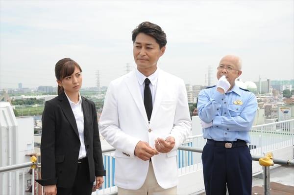 """安田顕が""""白""""にこだわる異色刑事役!白いスーツに「ついついシミを…」"""