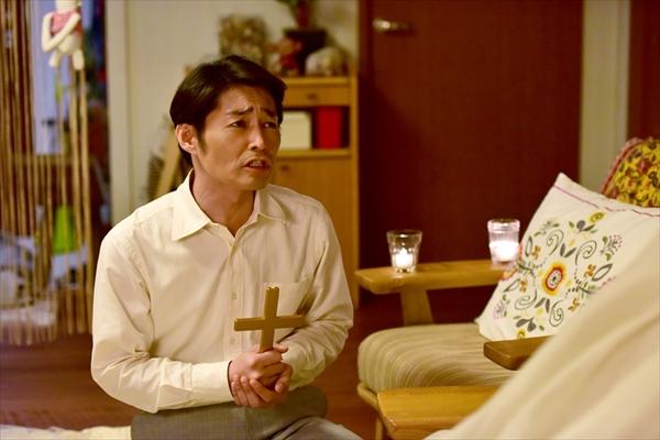 安田顕、十字架を手に苦悩の表情!映画「妻ふり」場面写真公開
