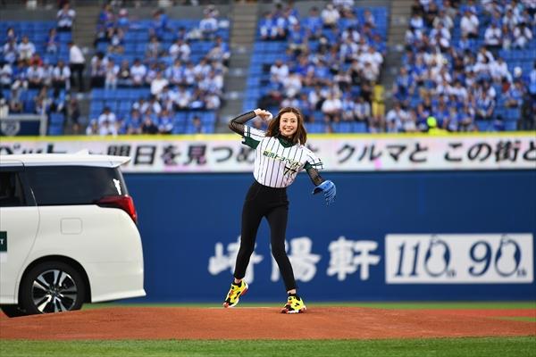 片瀬那奈、初の始球式でナイスピッチ!