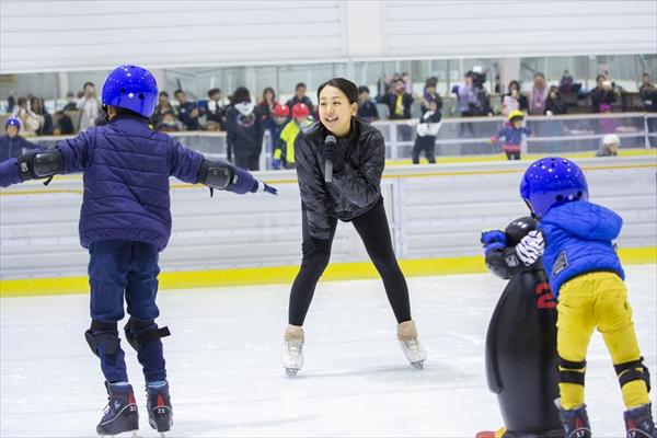 浅田真央、舞がスケート教室を開催「私も勇気と元気をもらいました!」