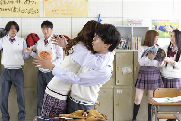 """8・9""""ハグの日""""吉沢亮×新木優子×杉野遥亮のハグショット公開「あのコの、トリコ。」"""