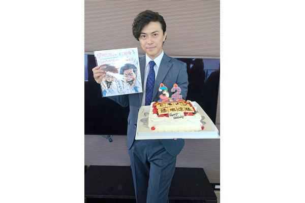 勝地涼にBDサプライズ!窪田正孝らが『ヒモメン』撮影現場で32歳をお祝い