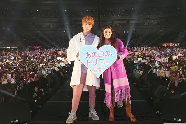 新木優子&杉野遥亮のカップルウオーキングに大歓声