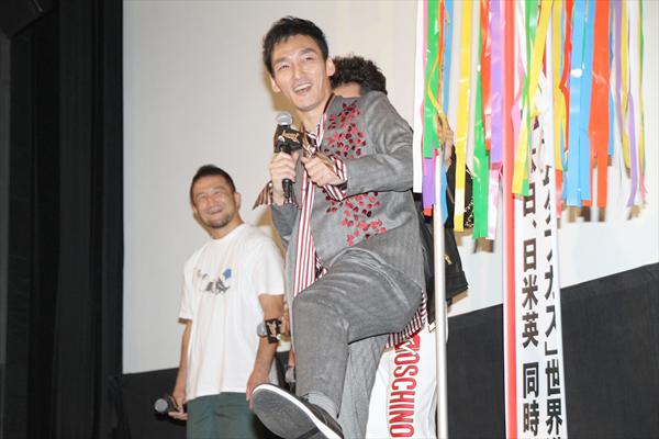 草彅剛「ムタフカズ」日米英同時公開で歓喜の「U.S.A.」ダンス