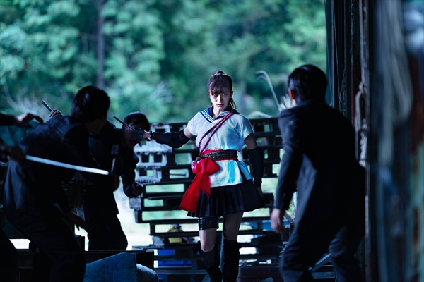小倉優香がセーラー服で迫力アクション!「レッド・ブレイド」クリップ映像&新場面写真解禁