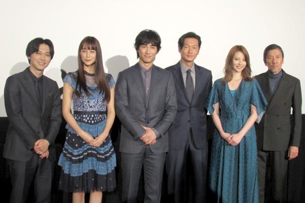 ディーン・フジオカ&吉沢亮が熱いハグ!『レ・ミゼラブル 終わりなき旅路』1・6放送