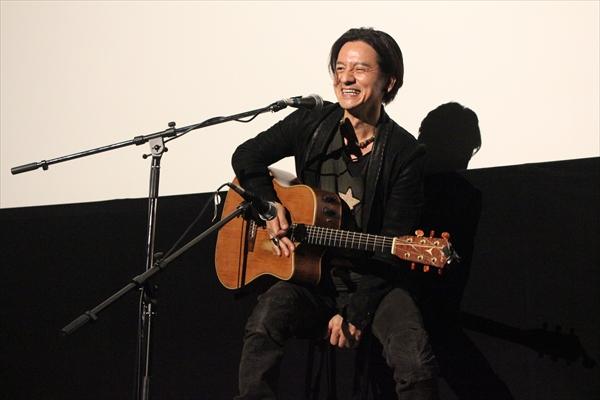 <p>岡本健一がサプライズで「不良」と「LONELY…」をギターで弾き語り!</p>