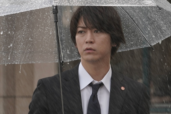 『ストロベリーナイト・サーガ』雨の中で立ち尽くす菊田(亀梨和也)の場面写真公開