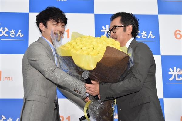 """吉田鋼太郎、坂口健太郎の""""父の日""""サプライズに感激"""