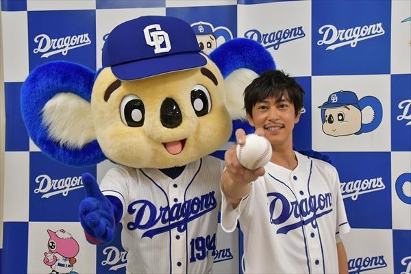 佐野岳が始球式で111キロを記録!「自分でもビックリ」