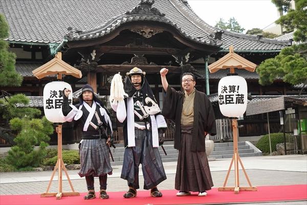 「決算!忠臣蔵」堤真一&岡村隆史が赤穂浪士が眠る泉岳寺でヒット祈願