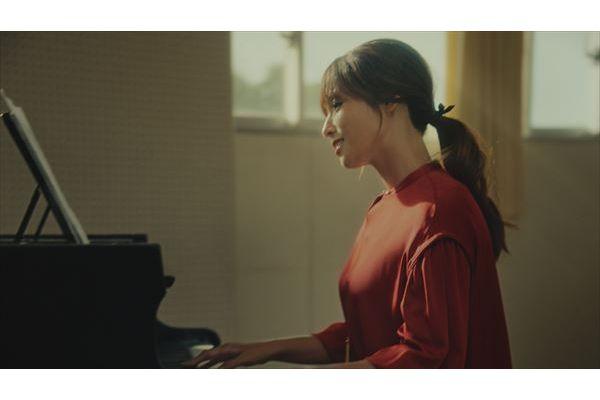 """深田恭子が得意のピアノを披露しながら見せる""""幸せ""""な表情"""