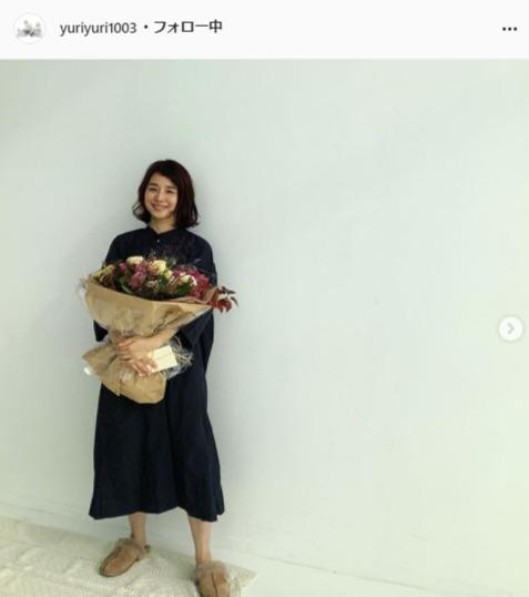 """<span class=""""title"""">石田ゆり子、大きな花束を持ったほほ笑みショットに「花のように美しいです」「美しい笑顔」の声</span>"""